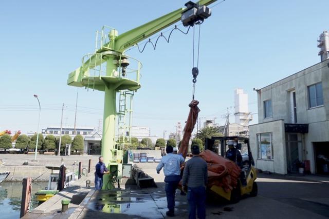 クレーンで吊り上げられるオイルフェンス1